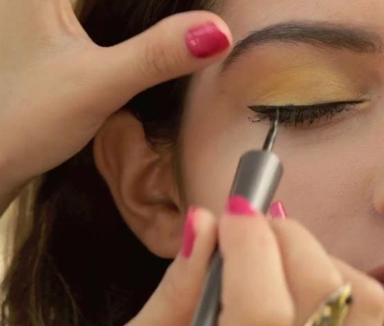 Eye Makeup Sunshine Eyes - Apply Eyeliner