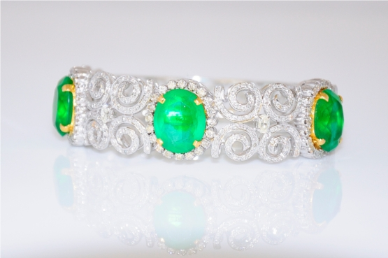 Intricately Crafted Emerald Bracelet With Oval and Round Diamonds