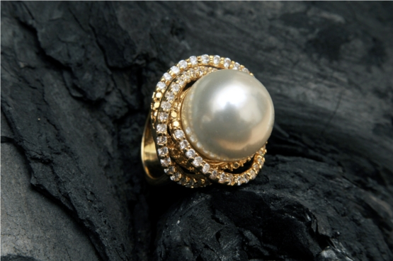Diamond Ring With Pearl Set in Gold