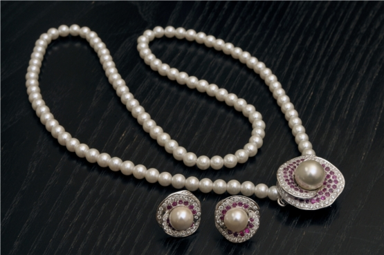 Pendant Set With Earrings in Diamonds and Pearls