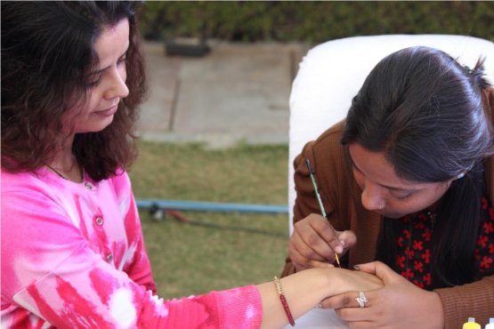 Nidhi getting her blog's name tattooed.