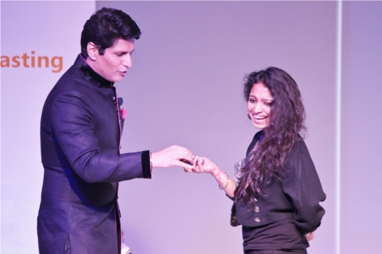 Rajiv Makhni explains an app to a blogger